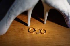 Vigselringar för ett bröllop denna lyckliga dag Arkivfoton