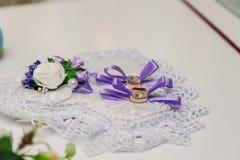 Vigselringar för ett bröllop denna lyckliga dag Arkivbild