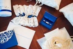 Vigselringar förlovningsringar, strumpeband, nåldyna, bokstav arkivbild