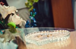 Vigselringar i en exponeringsglasställning i registreringskontoret arkivfoto