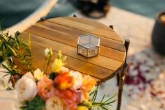 Vigselringar i en glass ask för cirklar Royaltyfria Foton