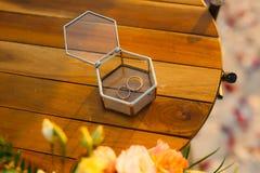 Vigselringar i en glass ask för cirklar Arkivfoton