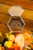 Vigselringar i en glass ask för cirklar Arkivbild