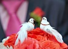Vigselringar med bröllopbuketten Arkivbilder