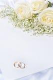 Vigselringar med ro och inbjudan Royaltyfria Bilder
