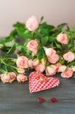 Vigselringar med rosor och hjärta Arkivfoto