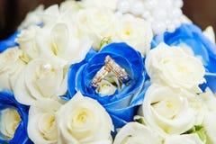 Vigselringar med steg blommor Royaltyfria Bilder