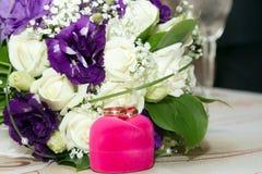Vigselringar och blommor Royaltyfri Foto