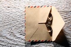 Vigselringar och ett kuvert Arkivbilder