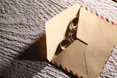 Vigselringar och ett kuvert Fotografering för Bildbyråer