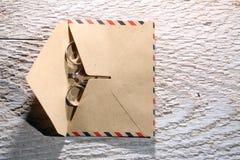 Vigselringar och ett kuvert Arkivbild