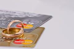 Vigselringar och mastercard guld Royaltyfri Fotografi