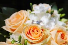 Vigselringar och orangen steg Fotografering för Bildbyråer