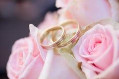 Vigselringar och rosor Royaltyfri Foto