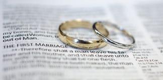 Vigselringar på bibelscripture Royaltyfri Foto