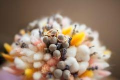 Vigselringar på buketten av torra blommor Royaltyfria Bilder