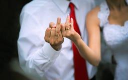 Vigselringar på fingrar som att gifta sig nyligen Arkivbild