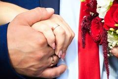 Vigselringar på händerna av nygifta personer Royaltyfria Foton