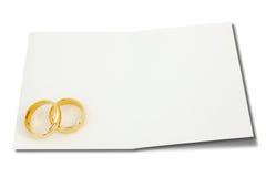 Vigselringar på kortet för text Royaltyfri Foto