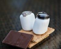 Vigselringar på marshmallower, den graham smällaren och choklad Arkivfoto