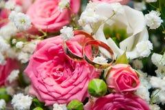 Vigselringar på rosorna Arkivfoto