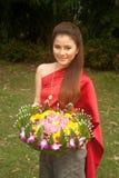 Vigueta bastante tailandesa de la flor del asimiento de la mujer. foto de archivo libre de regalías