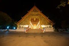 Viharn av den Wat Suan Dok templet på natten i Chiang Mai Royaltyfri Foto