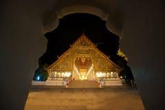Viharn av den Wat Suan Dok templet på natten i Thailand Royaltyfri Fotografi