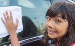 女孩洗涤的汽车VII 免版税图库摄影