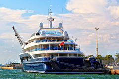 游艇克恩顿州VII在威尼斯,意大利被停泊 库存照片