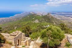 Viiew från den Kantara slotten som förbiser havet på den Kyrenia mountaien Arkivbilder
