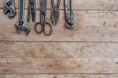 Viiew rocznik rdzewiał narzędzia na starym drewnianym stole: cążki, fajczany wyrwanie, śrubokręt, młot, metali strzyżenia, piły i Zdjęcie Royalty Free