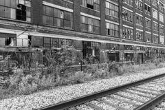 VIII llevado, roto y olvidado del destrozo urbano abandonado de la fábrica - Imagen de archivo