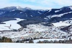 Viilage en vallée de montagne Photos libres de droits