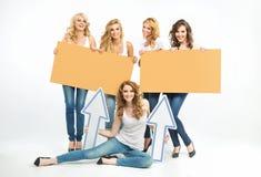 Vijf aantrekkelijke vrouwen die raad en pijlen houden Stock Fotografie