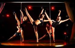 Vijf acrobatische vrouwen tonen Royalty-vrije Stock Afbeeldingen