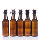 Vijf bierflessen op een rij Stock Foto