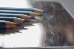 Vijf blauwe potloden Stock Afbeeldingen