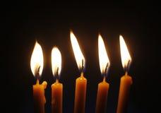 Vijf brandende kaarsen op zwarte achtergrond dicht omhoog Stock Foto's