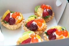 Vijf cakes in een witte doos Royalty-vrije Stock Fotografie