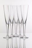 Vijf champagneglazen op een glasbureau Royalty-vrije Stock Foto