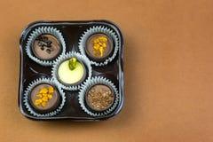 Vijf chocolade op een gekleurde achtergrond royalty-vrije stock fotografie
