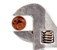 vijf die eurocentmuntstuk op regelbare moersleutel wordt gedrukt Stock Foto