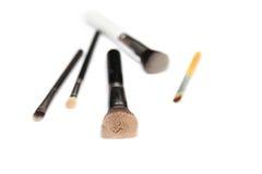 Vijf die make-upborstels op witte achtergrond worden geïsoleerd Stock Fotografie