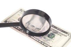 Vijf dollarrekening met een vergrootglas Stock Afbeelding