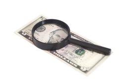 Vijf dollarrekening met een vergrootglas Royalty-vrije Stock Afbeeldingen