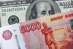 Vijf duizend roebels en honderd dollars Stock Afbeelding