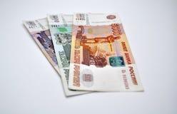5000 vijf duizenden bankbiljetten van Bank van Rusland op witte Russische roebels als achtergrond Stock Foto's