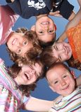 Vijf Dwaze Vrienden Huddles en het Lachen Stock Fotografie