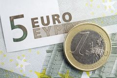 Vijf Euro Één Euro Muntstuk van de Nota en Stock Foto
